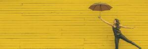 Mujer feliz con un paraguas