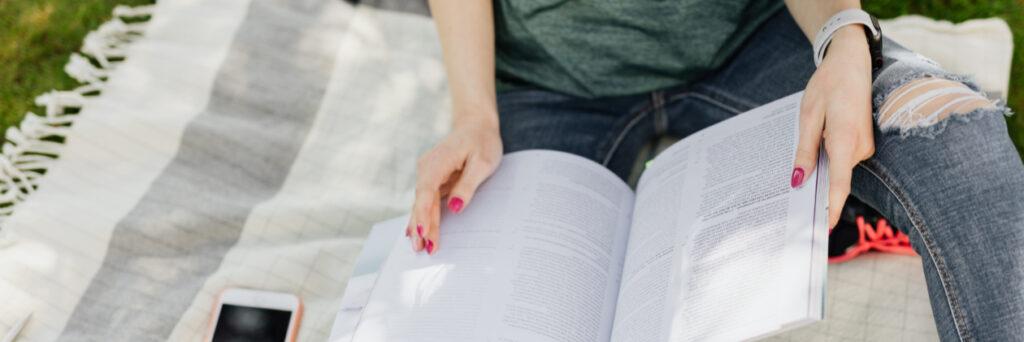 Imagen chique estudiando y revisando un libro